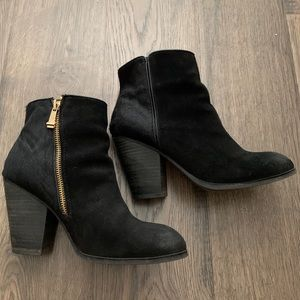 Report Ankle suede booties